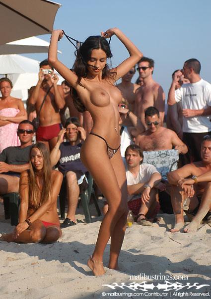 стриптиз молодых на пляже перешли
