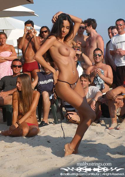 Откровенный пляжный стриптиз